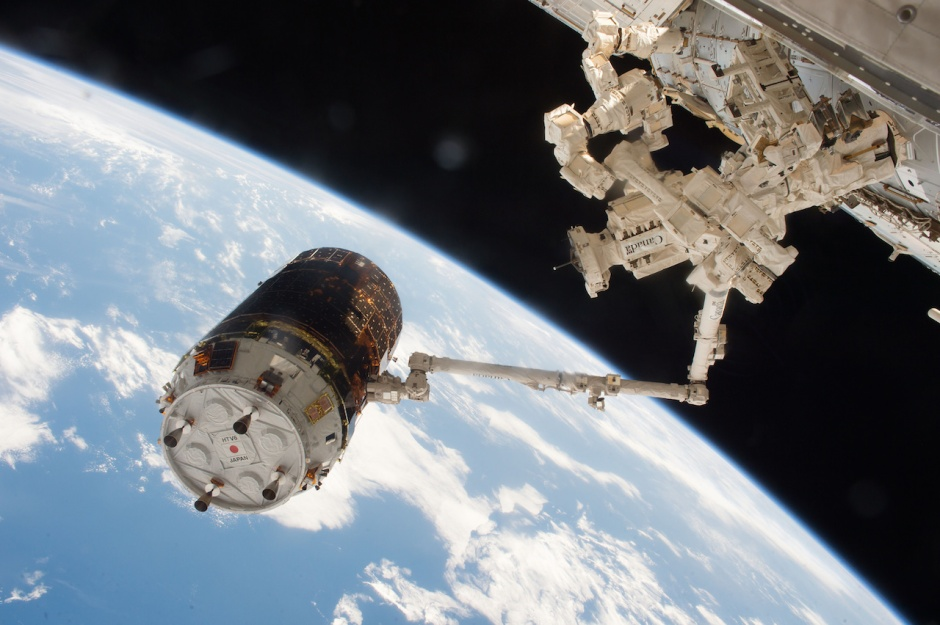 the-japanese-htv-6-cargo-vehicle-is-seen-grappled-by-the-international-space-stations-robotic-arm-after-arrival