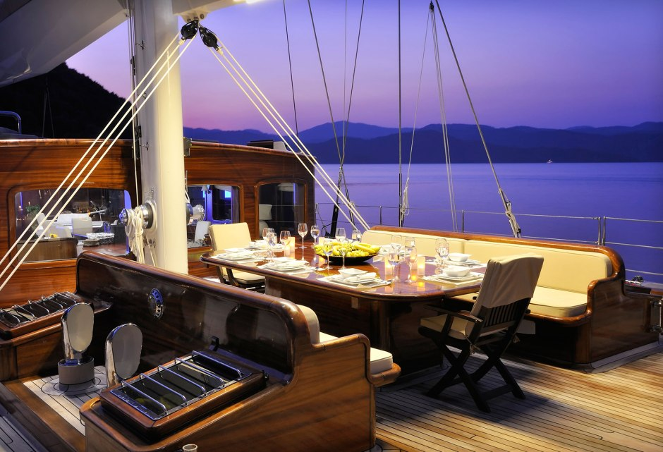 sailing-yacht-regina-alfresco-dinner-setting